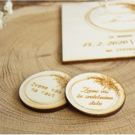 Dřevěná pozvánka ke svatebnímu stolu, raut růže